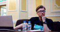 Из кожаного кресла на фриланс: история Максима Богомолова